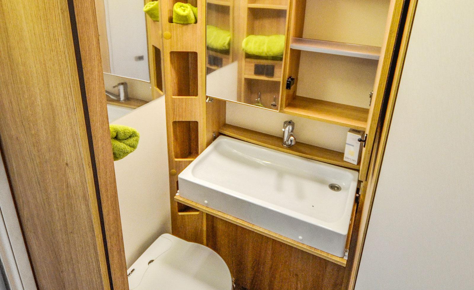 I hygienutrymmet finns ett handfat som kan lyftas mot väggen samt tre speglar.