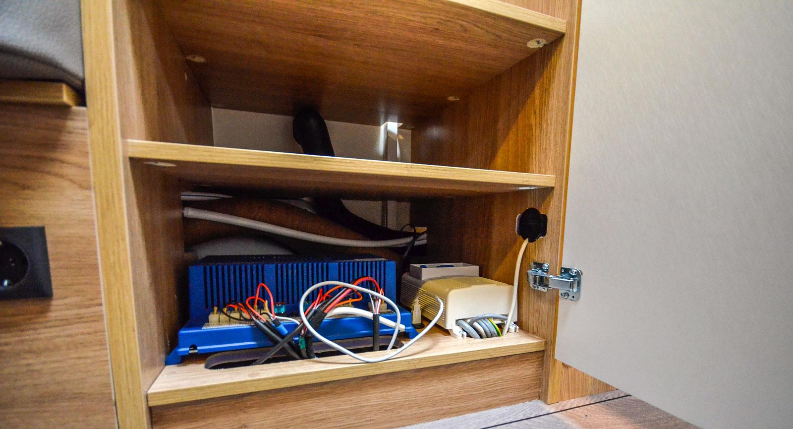 I en så här liten vagn får alla elprylar plats på den lägsta hyllan i garderoben.