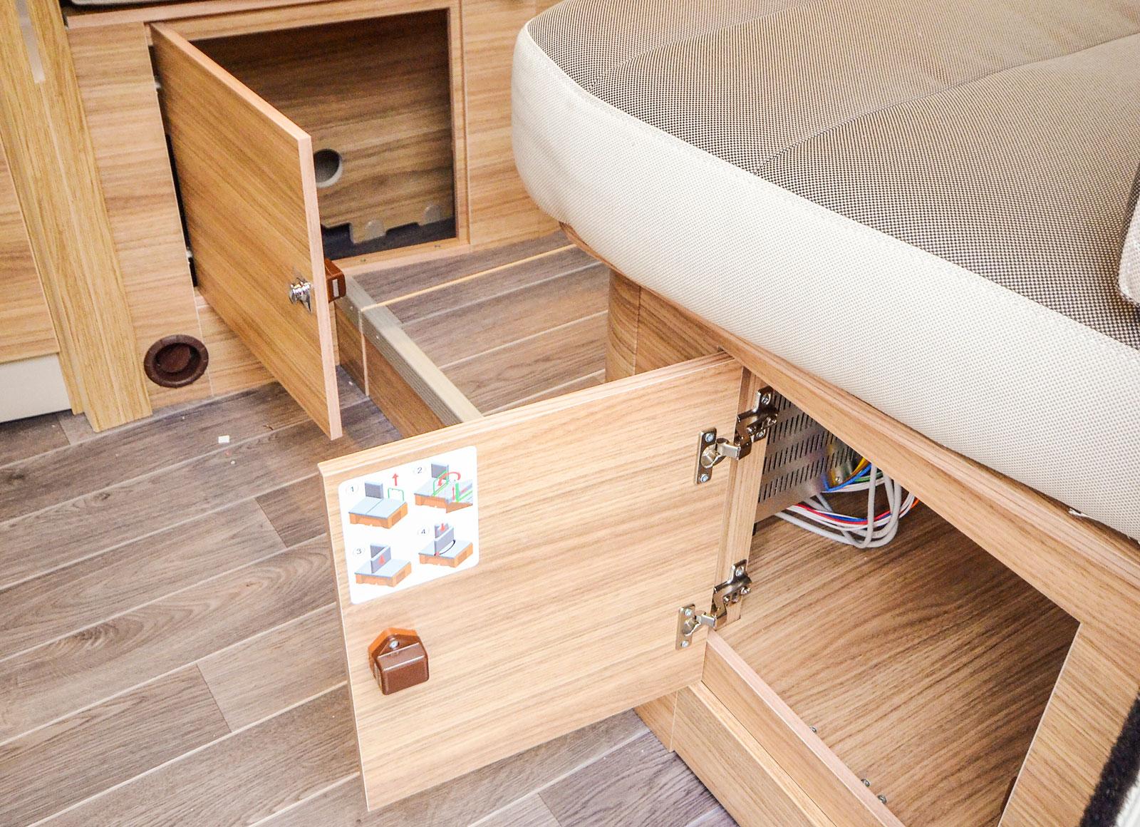 Under båda sofforna finns praktiska utrymmen för exempelvis skor.