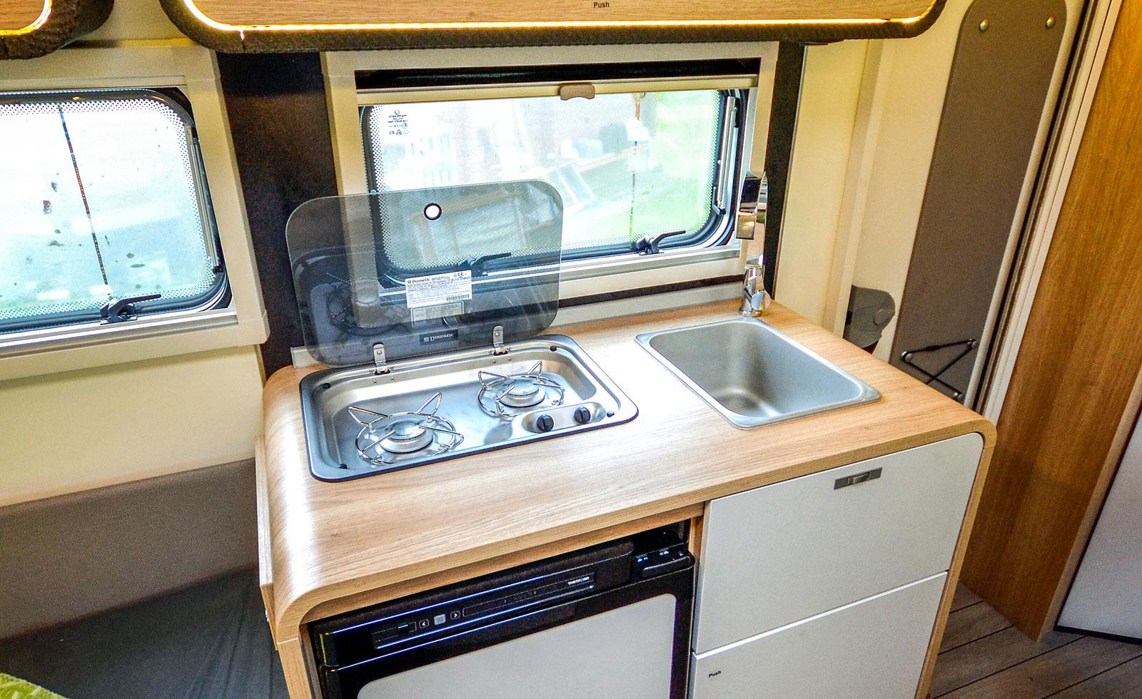 Köket har tillräcklig kapacitet för minst två resenärer.