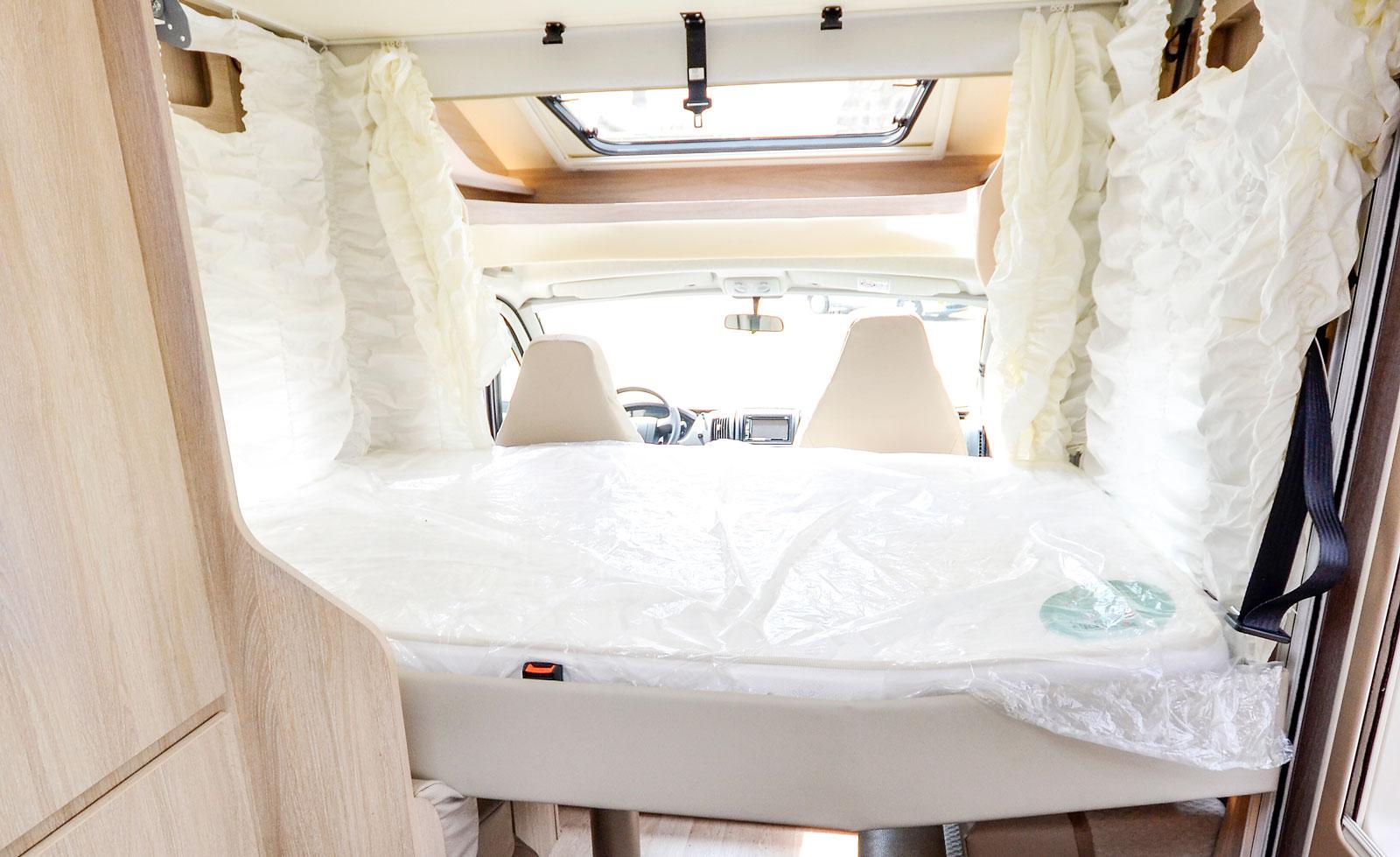 Taksängen sänks steglöst och elektroniskt. Om ingen sover i sittgruppens säng kan taksängen sänkas så att ingen stege behövs.