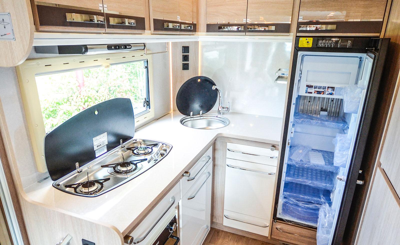 Köket är bilens stolthet. Förutom enormt stor köksbänk så är takhöjden 209 cm vilket gör även överskåpen rymliga. Ugn är standard!