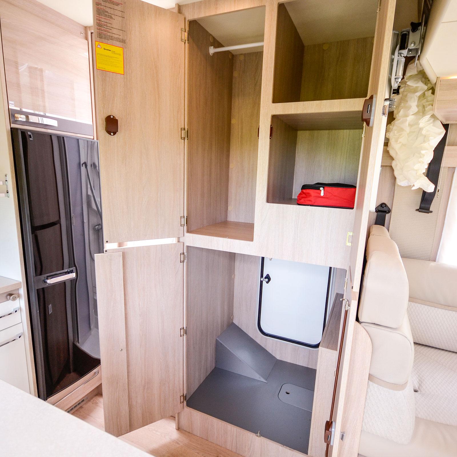 Mellan hörnsoffan och badrummet, på bilens vänstra sida, finns en stor skåpdel som även kan nås utifrån.