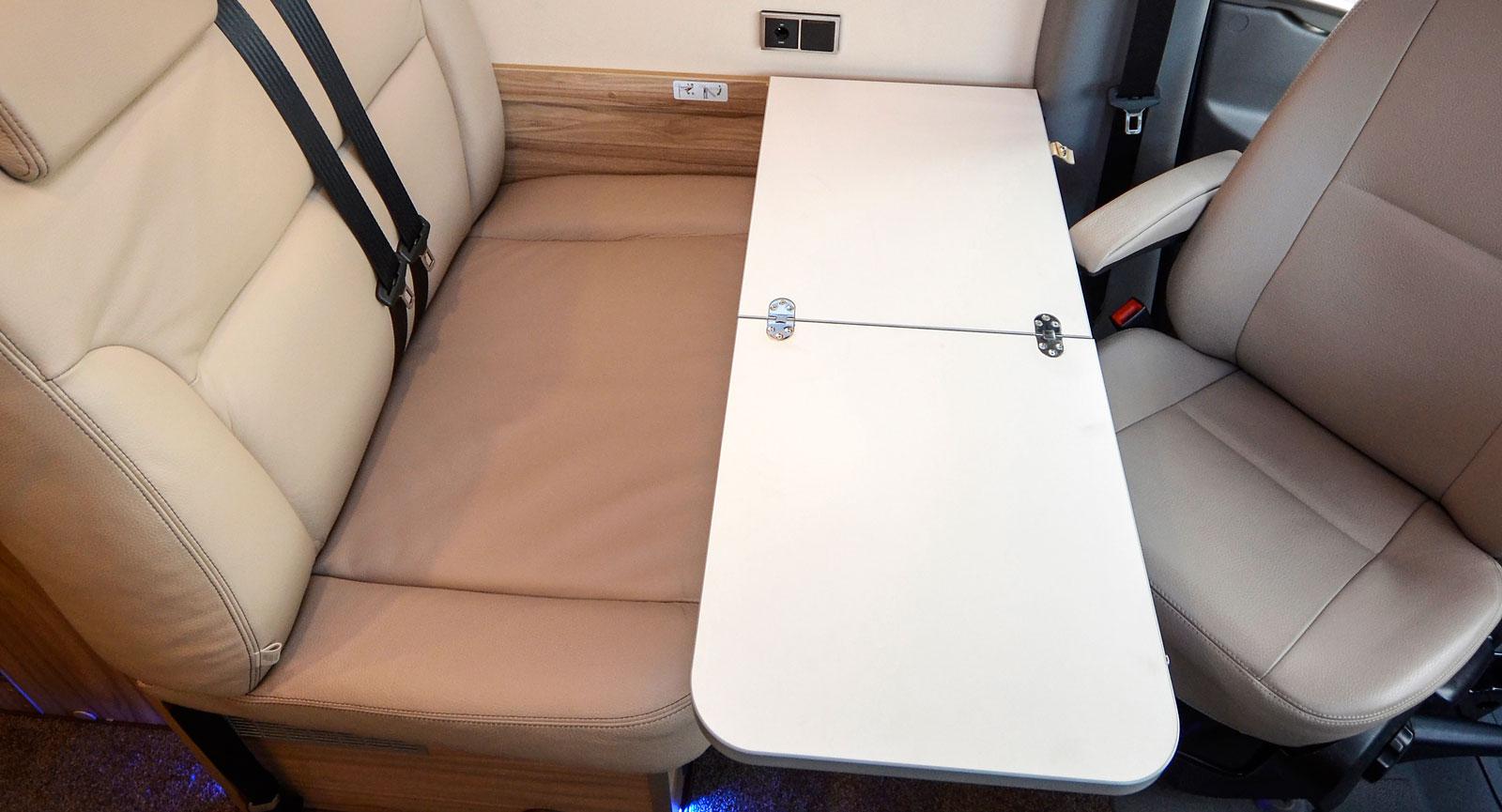 Det praktiska lilla bordet går att använda i tre lägen; helt, halvt eller infällt mot väggen.