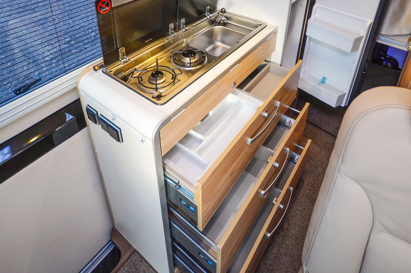 Köket har gott om avställningsytor och förvaring samt en 90-liters kyl/frys  vilket är ovanligt stort i en plåtbil.