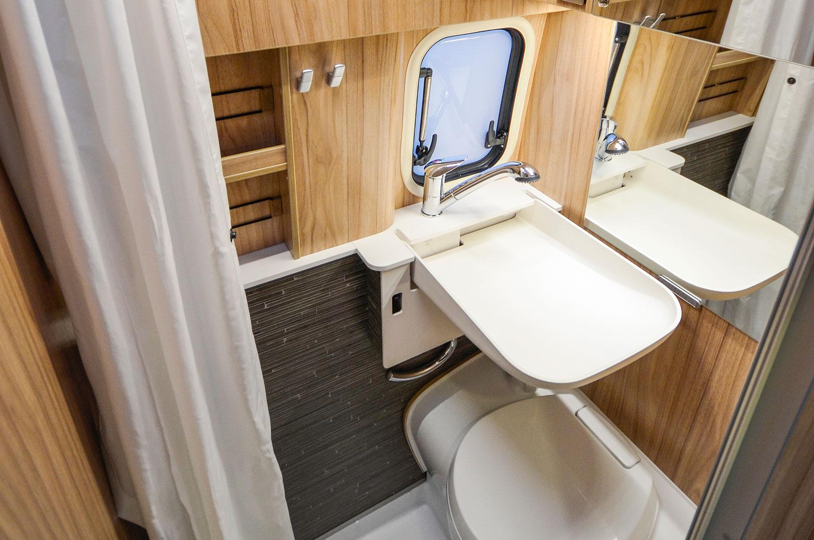 Hygienutrymmet har ont om förvaring men det finns ett par småhyllor, det uppfällbara handfatet ger mer ytor vid duschning.