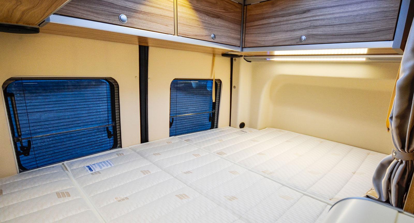 Breddningarna vid sänggaveln mäter 13 cm till vänster och 6 cm till höger. Tack vare dessa utbuktningar kan den tvärställda bädden bli över 190 cm lång.