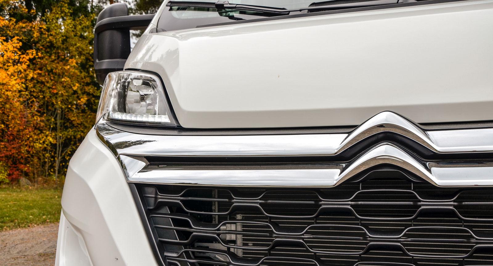 Logotypen som föreställer två kugghjul designades av André Citroën, den har prytt det franska företagets bilar i nästan hundra år. Företaget grundades 1919.