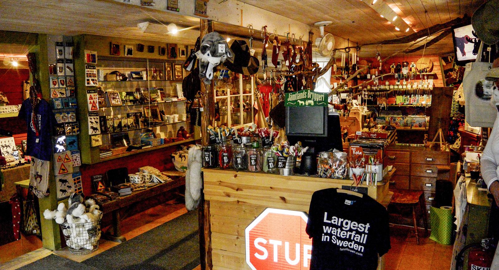 På Tännforsens Turiststation dignar det av fina souvenirer och dylika föremål.
