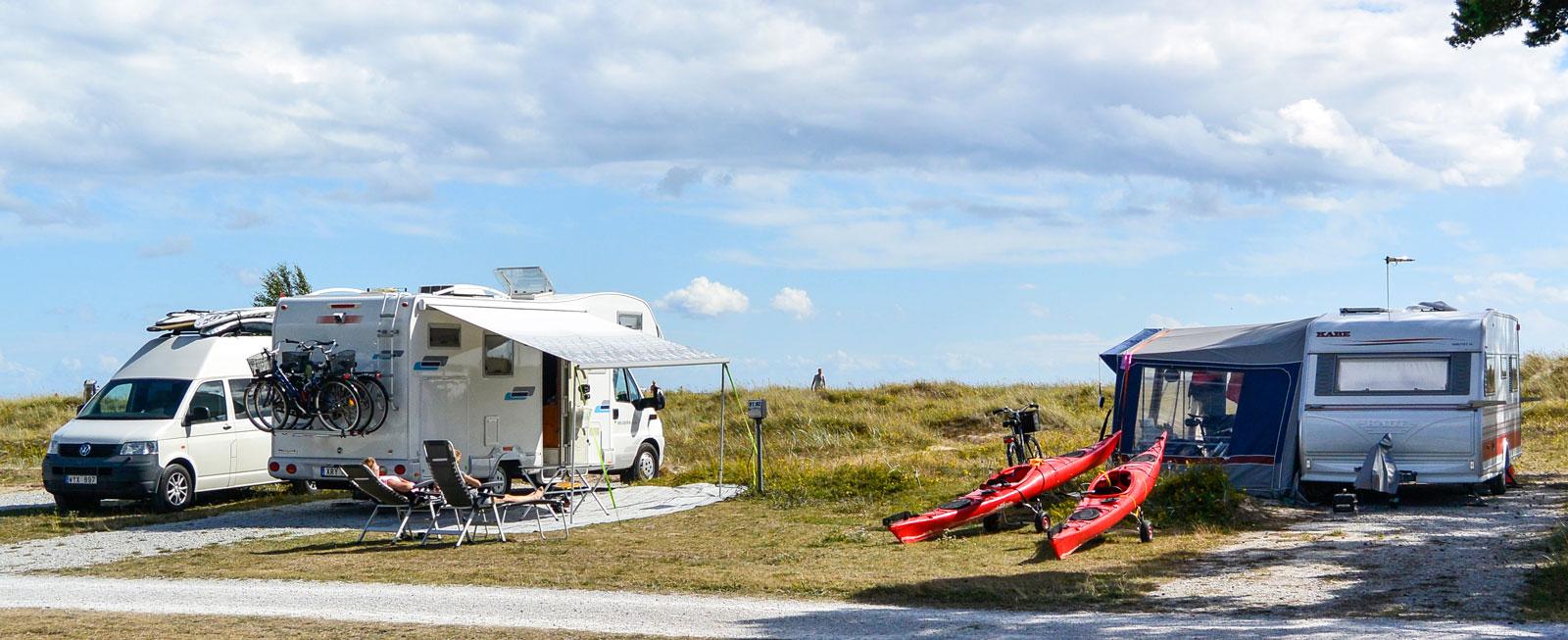 Eftermiddagssolen värmer gott på stranden nedanför Fårö fyr och ett dopp i det blå friskar upp.