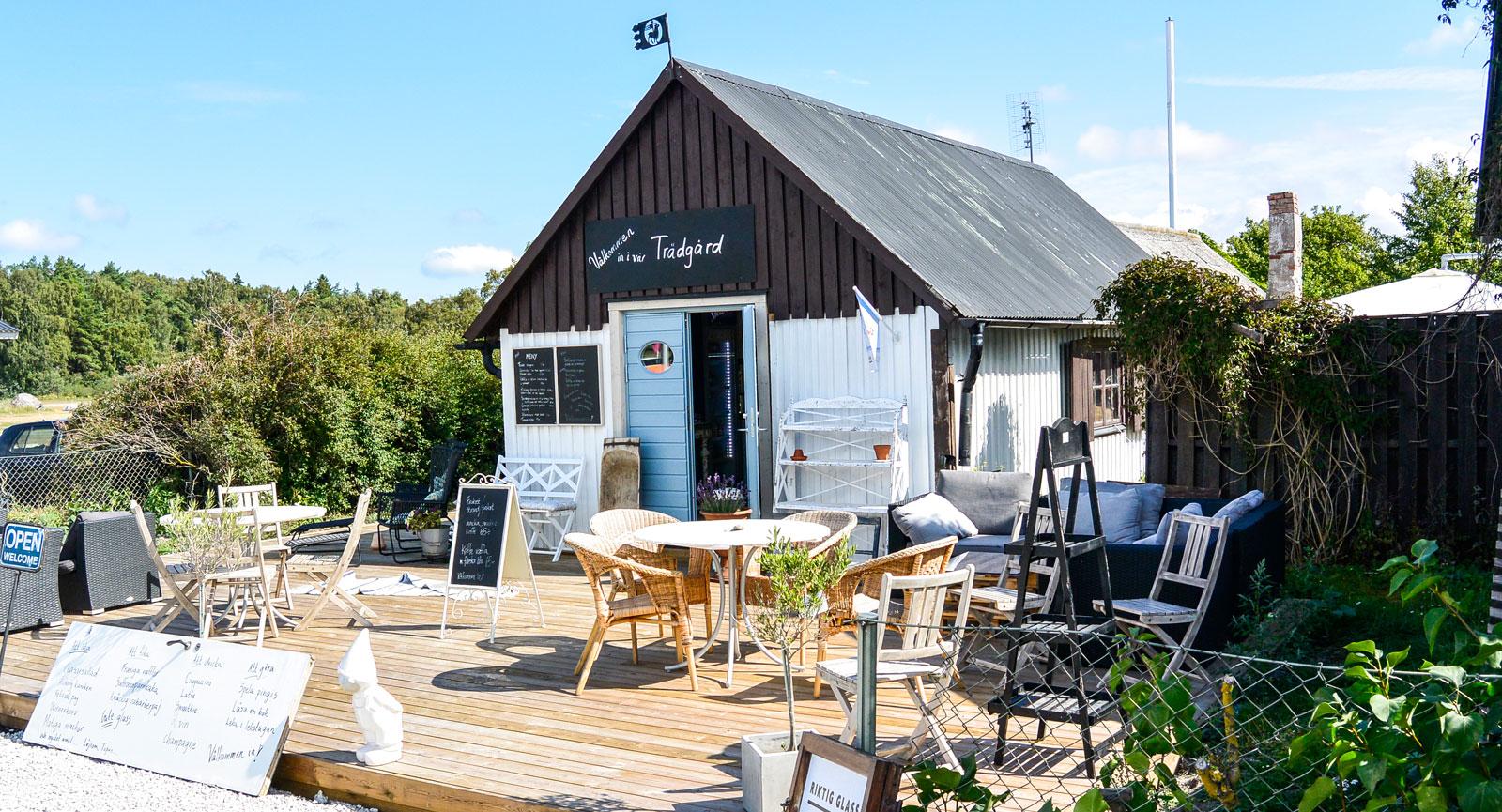 Tofta strandsTrädgårdscafé är ett urmysigt ställe som serverar frukost, fika och enklare rätter i husets trädgård.
