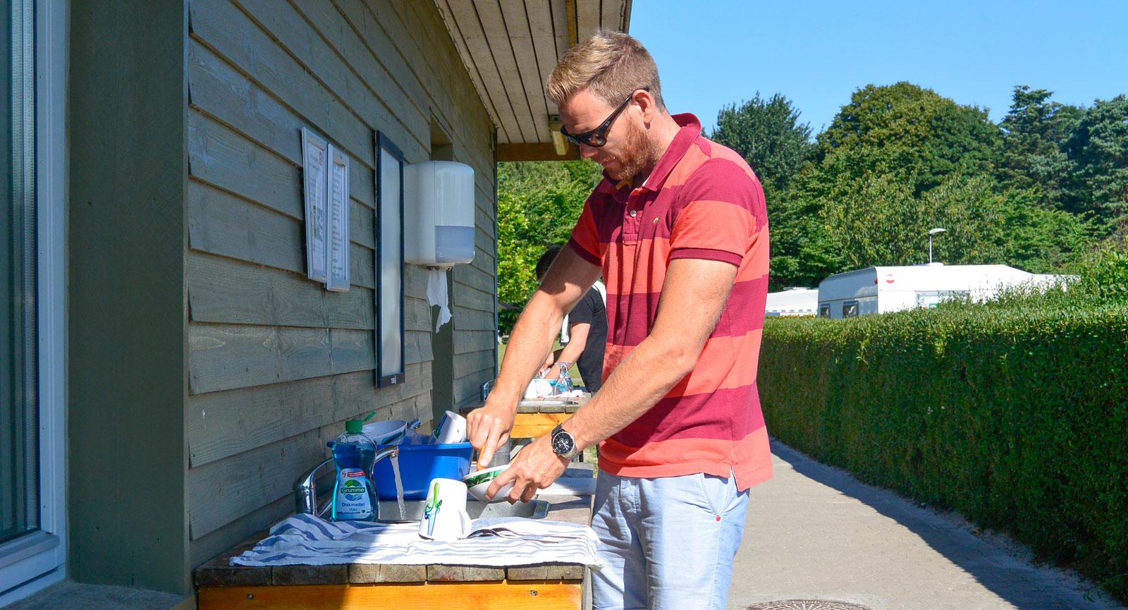 Frukostdisken skiner ikapp med Niclas på DCU Camping Rågeleje.