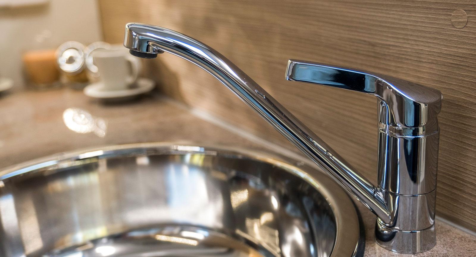 Både diskho och köksblandaren är av metall i Elnagh I-Loft.