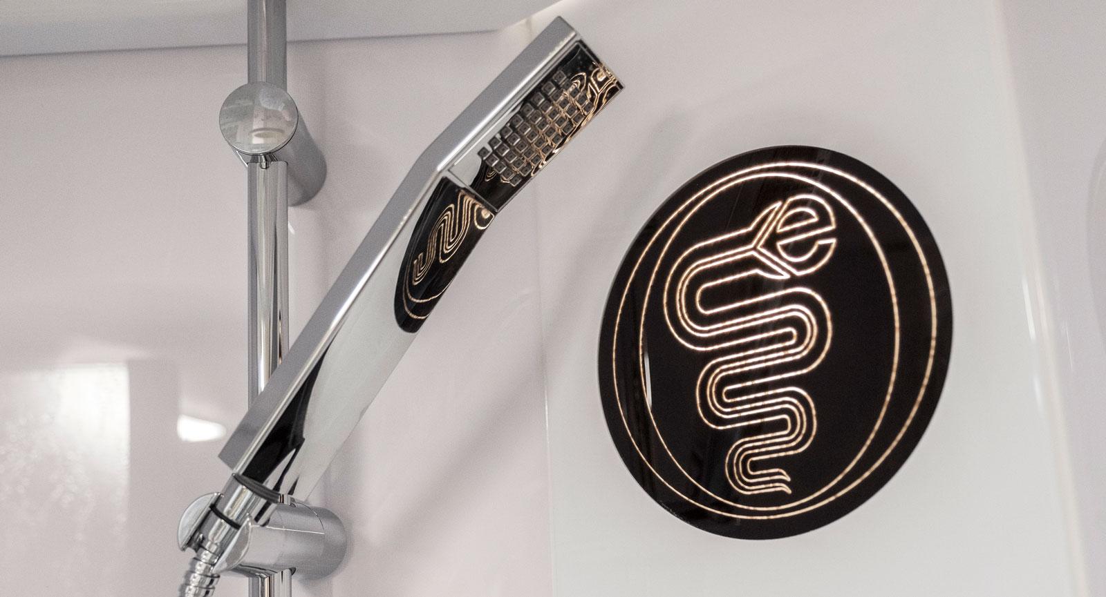 Ganska läckert designad orm  inne i den rymliga duschen.