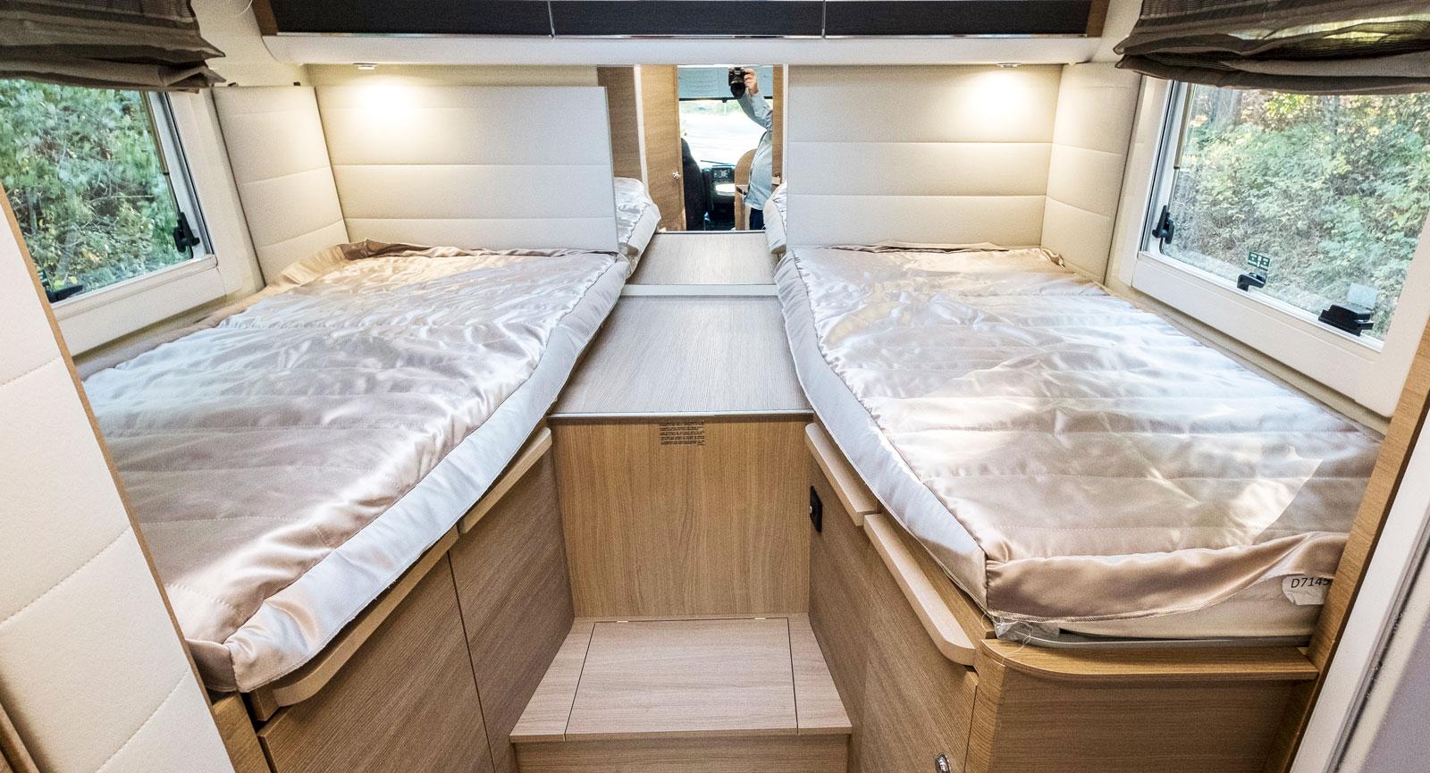 Två sängar som enkelt går att bädda ihop och det finns även gott om förvaringsmöjligheter.