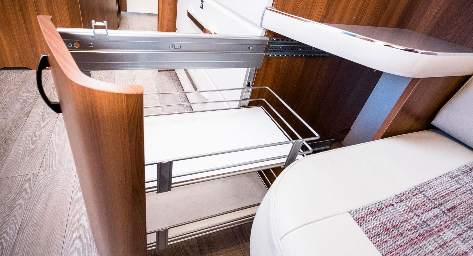 I köket finns detta utdragbara underskåp med två hyllplan.