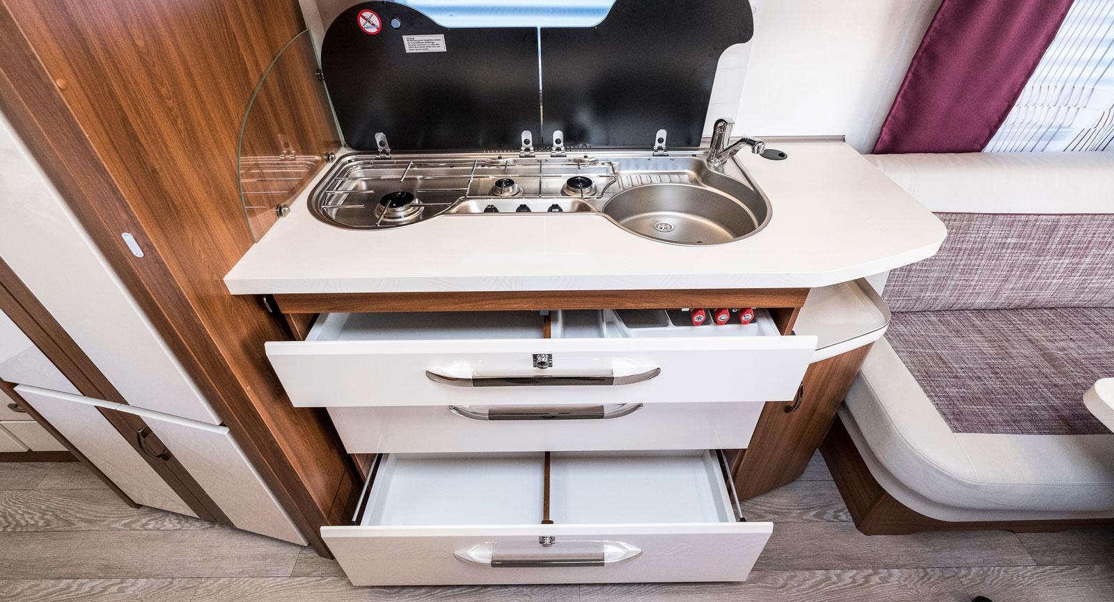560 WFU har ett rakt kök som är lättjobbat. I och med att spisen och diskhon placerats mot fönstret går det att jobba framför.