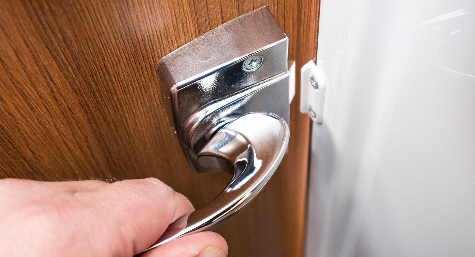 Riktig dörr med handtag in till toa är uppskattat av många,