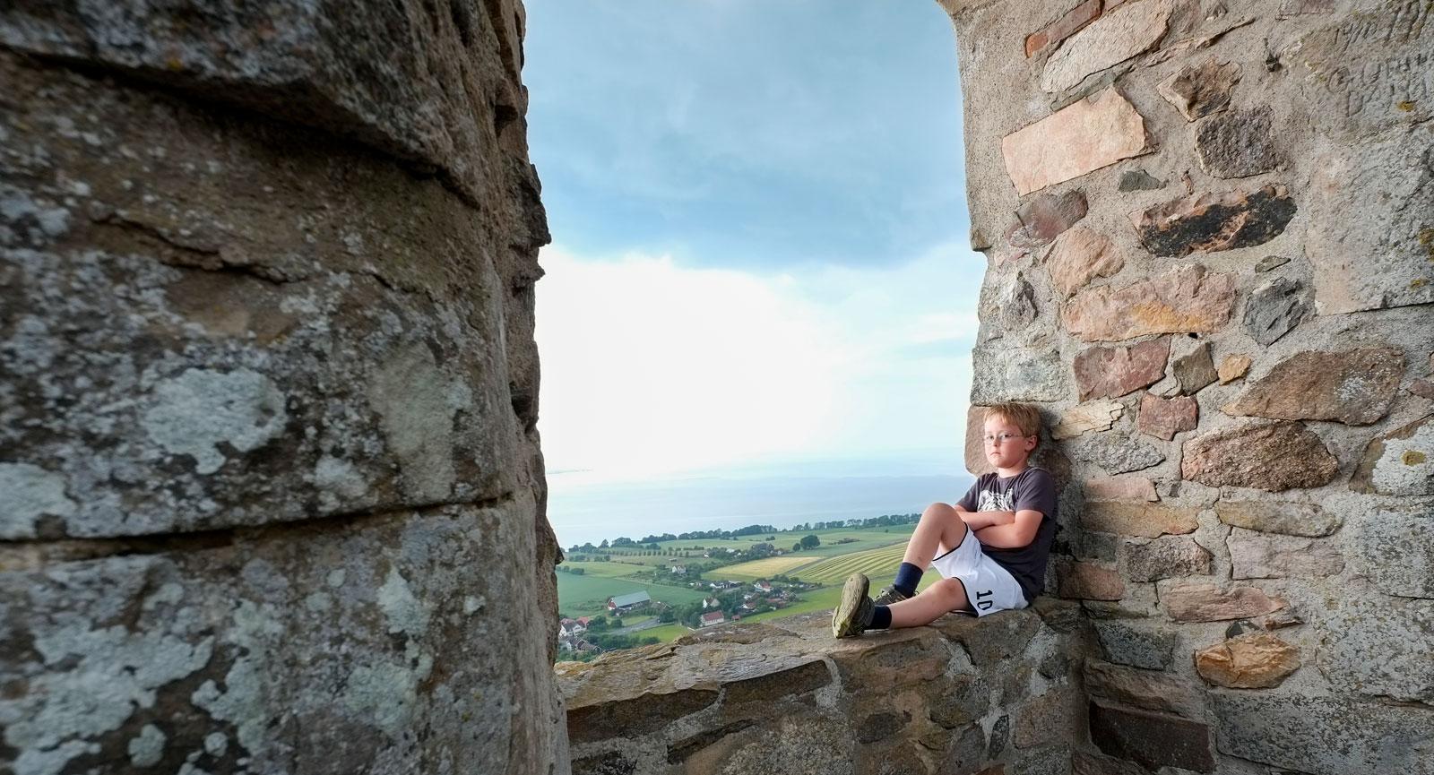 Utsikten från Brahehus är svårslagen. Här kan tankarna vandra fritt. (Det stupar inte rakt ner på andra sidan fönstret.)