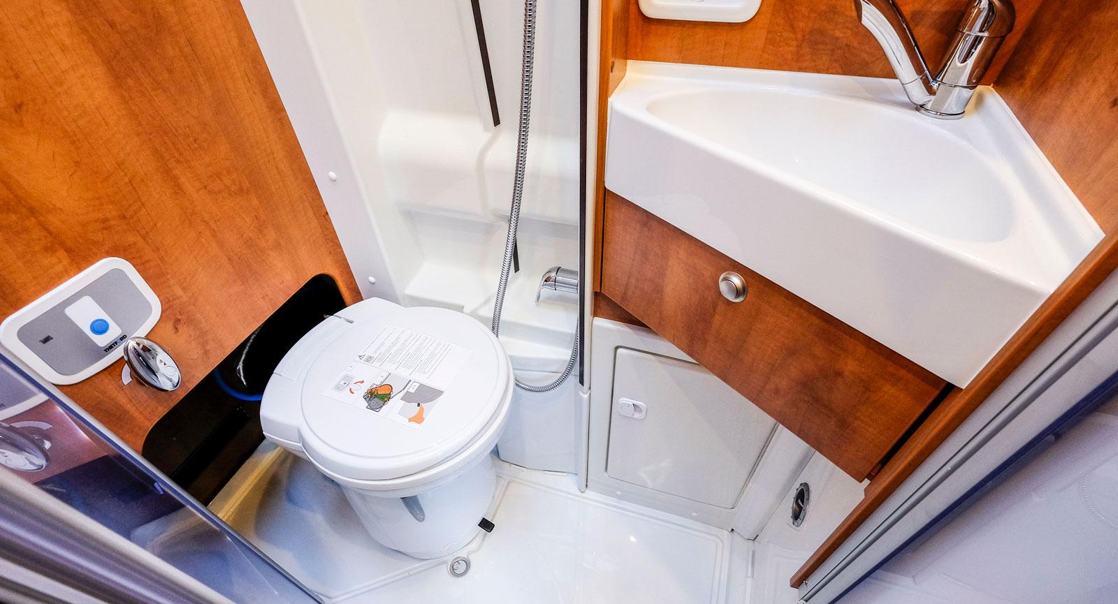 Toalettstolen kan skjutas in i en öppning i väggen.