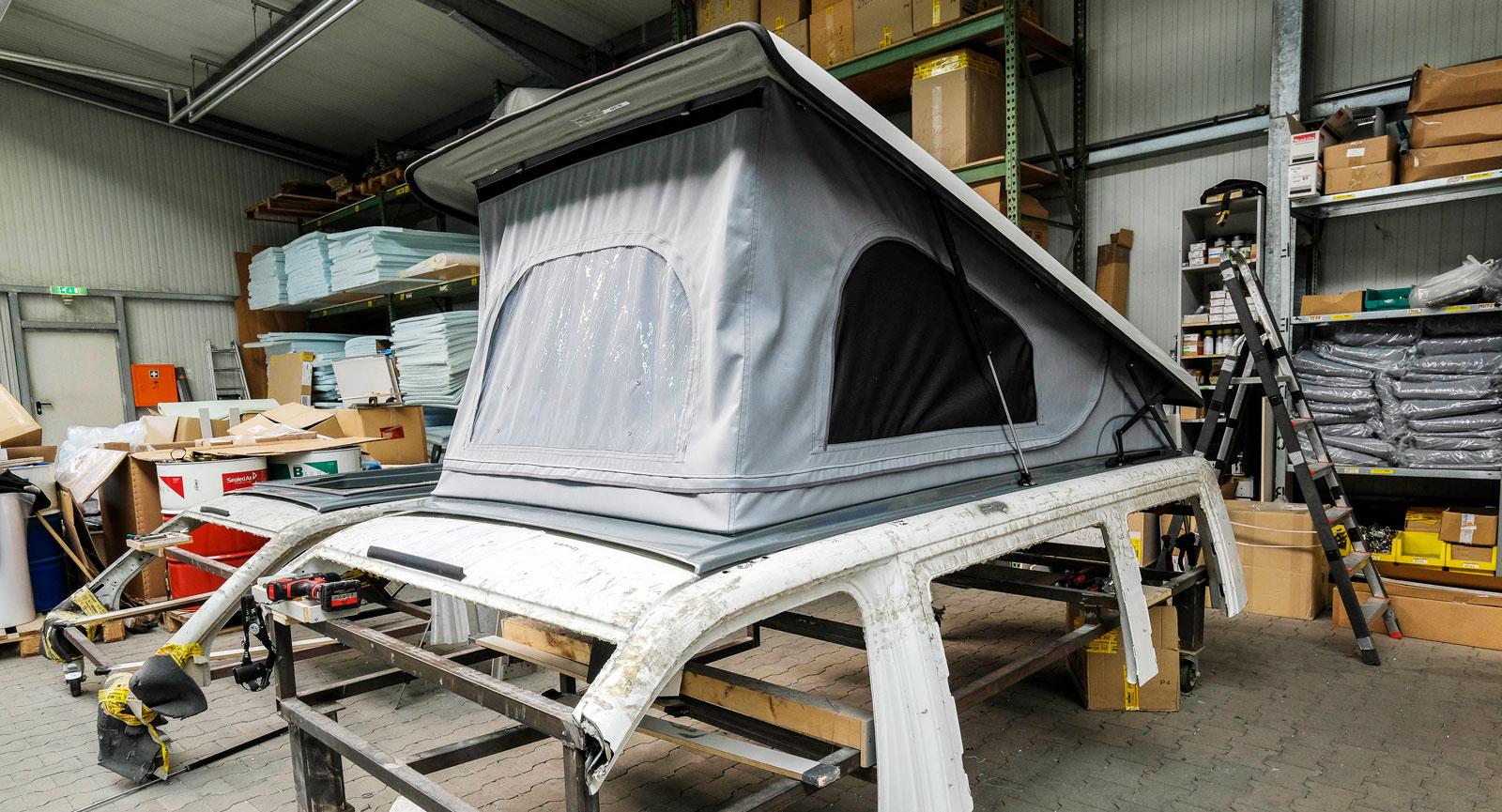 Pop-up-tak är något som Reimo är specialiserade på. Här monteras ett på en av flera mallar.