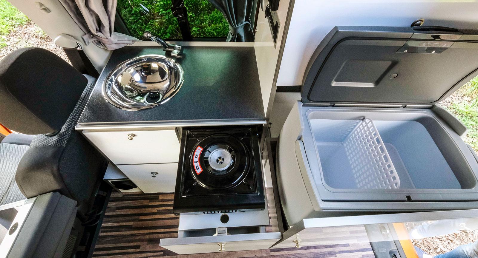 Köket är inte det största men allt finns, fast i mindre skala. Kylskåpet är en absorptionskylbox som rymmer 18 l och kan tas ut.