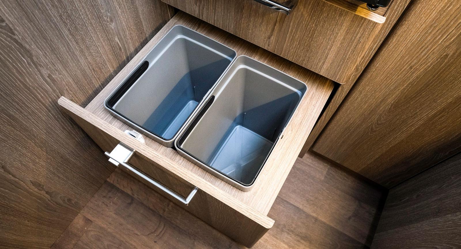 Förberett för sortering av sopor i nedersta lådan i köket.