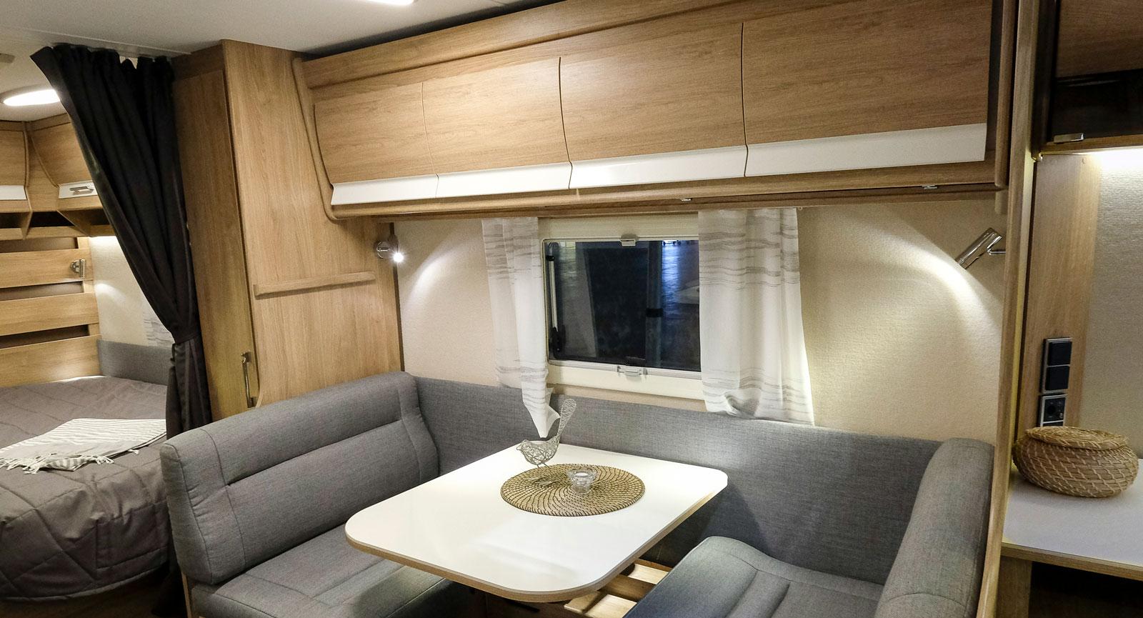 Sängen ovanför dinetten kan på ett enkelt och smart sätt omvandlas till överskåp.