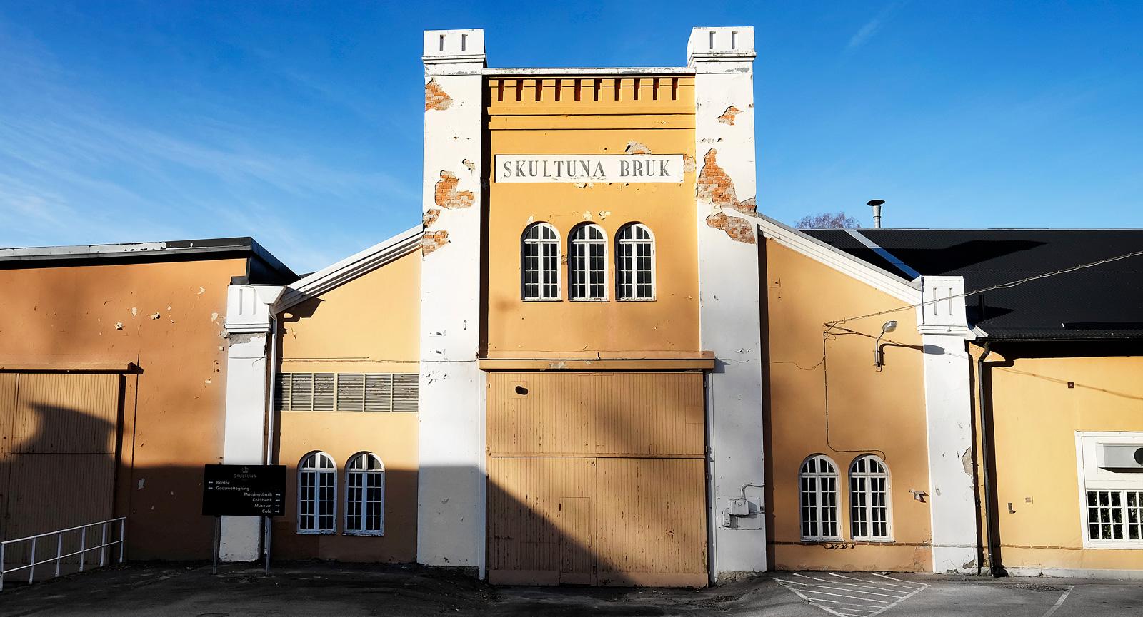 Strax bakom tegelbyggnaden (se artikelhuvud) gömmer sig denna vackra bruksbyggnad.
