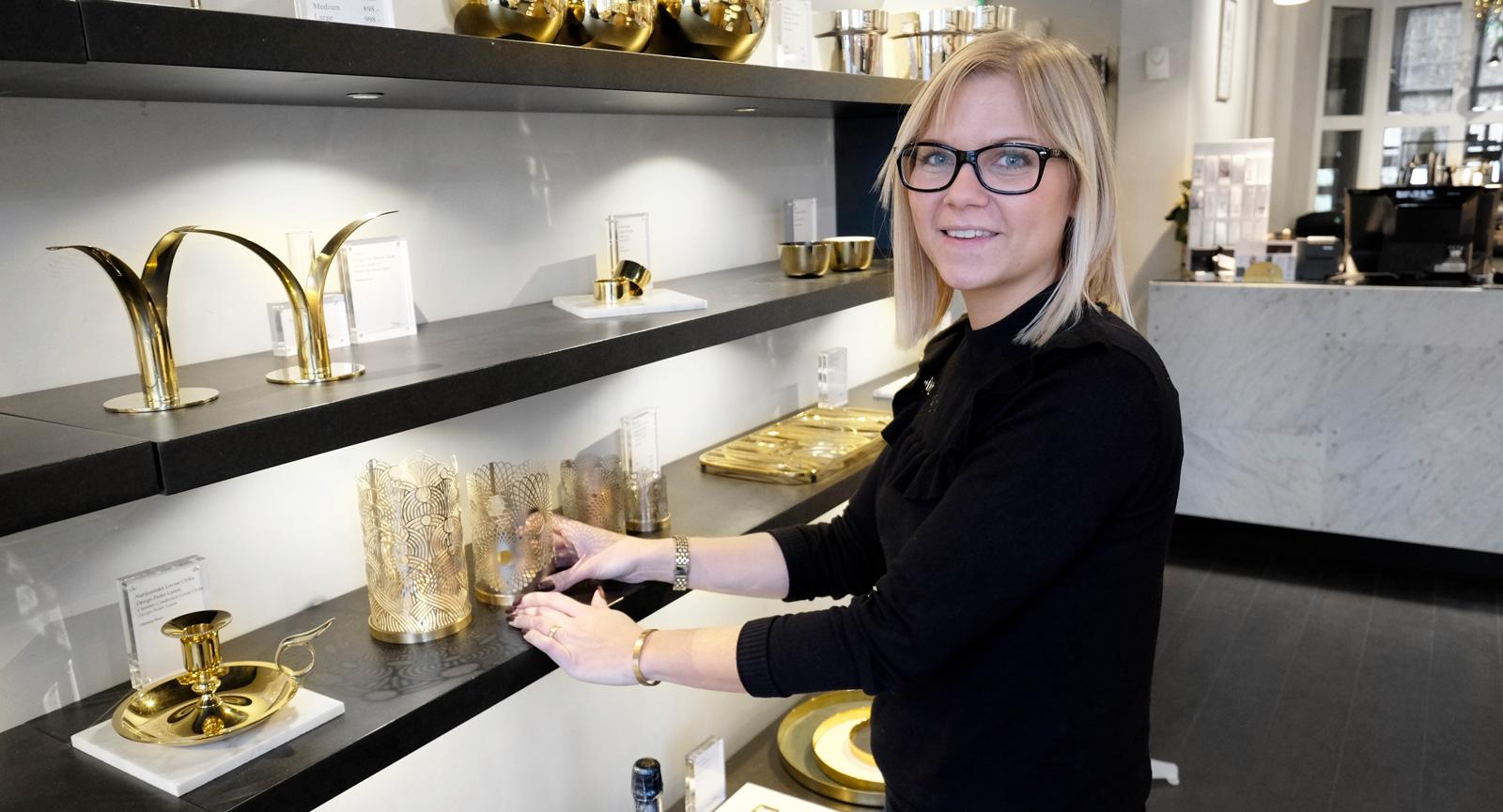 Madde Hedlund, assisterande butikschef, visar några av Skultunas mest populära produkter.