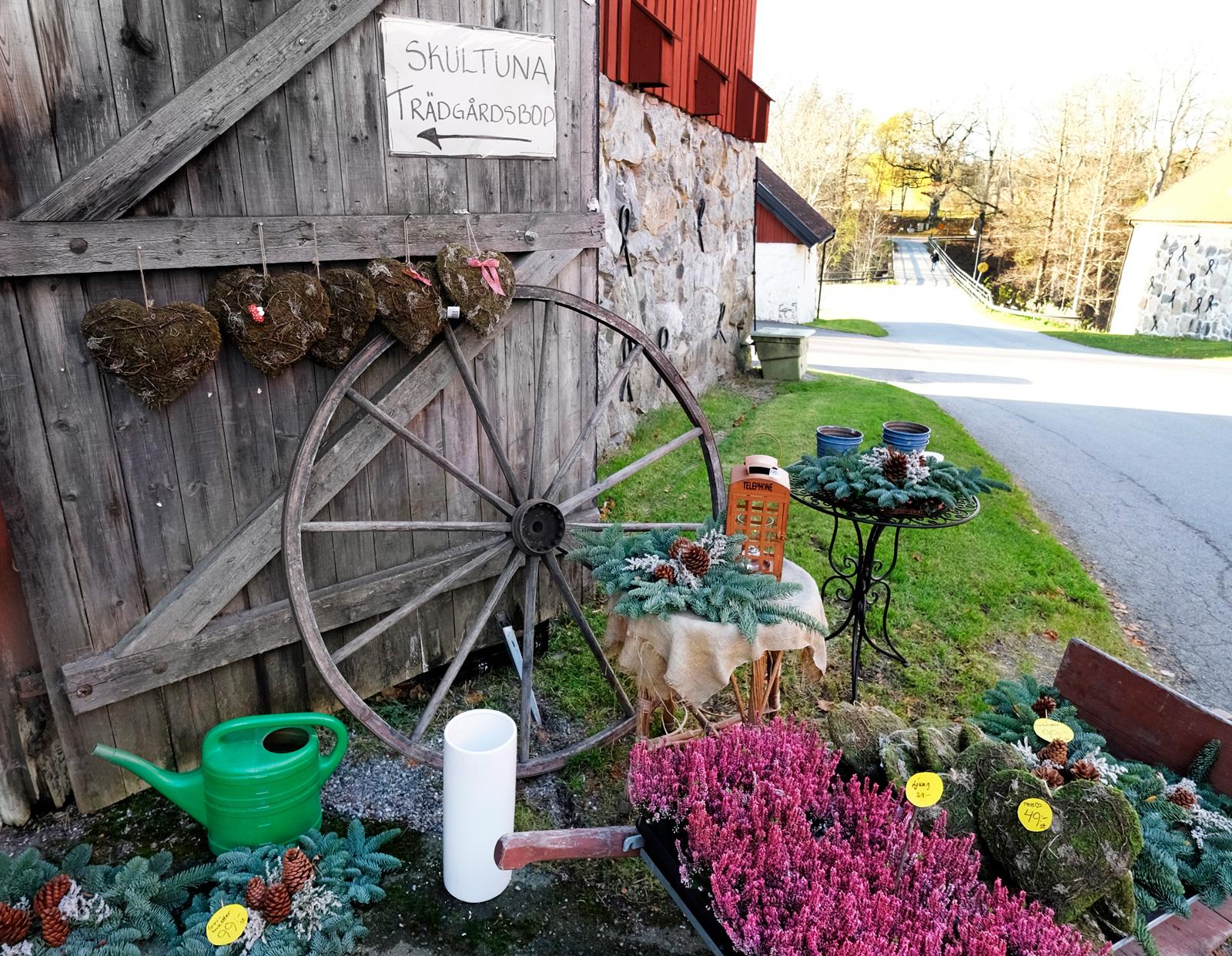 I närheten finns en butik med blommor och kreativ inredning.