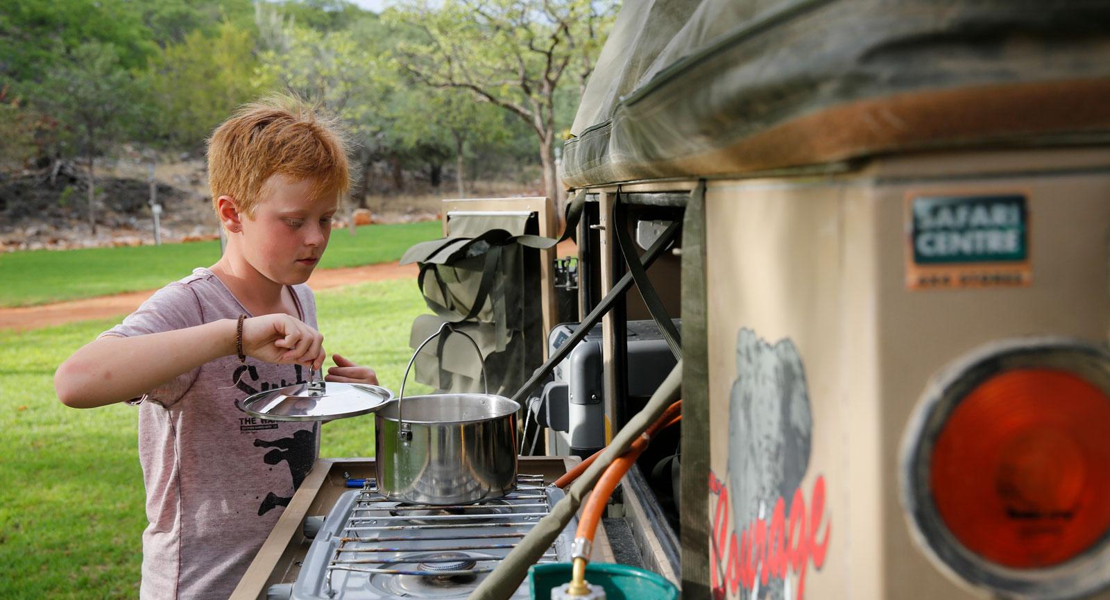 Trailerns kök fungerar utmärkt i värmen. Är solen besvärande kan man sätta upp en köksmarkis som ger skugga och eftertraktad svalka. Markisen är förstås också ett bra skydd om det regnar.