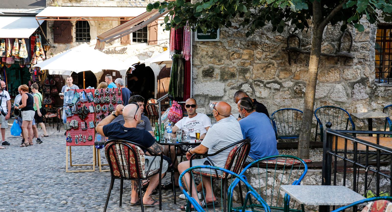 Utelivet i Mostar är imponerande. Överallt finns det uteserveringar, barer och kaféer.