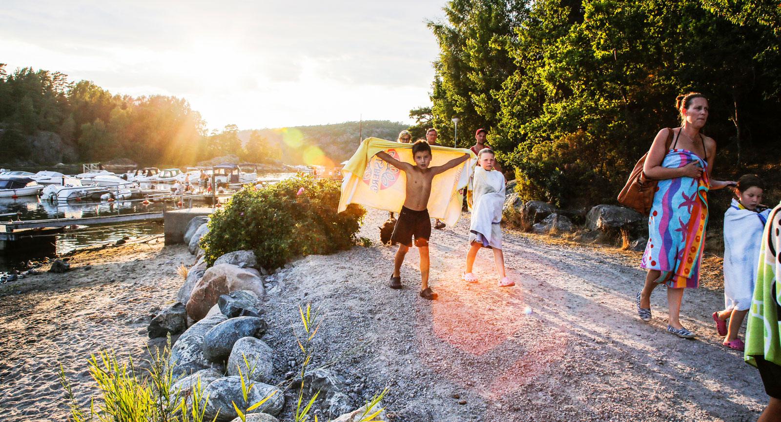 Kvällsdoppet vid Norrviken är ett populärt inslag hos barnen.