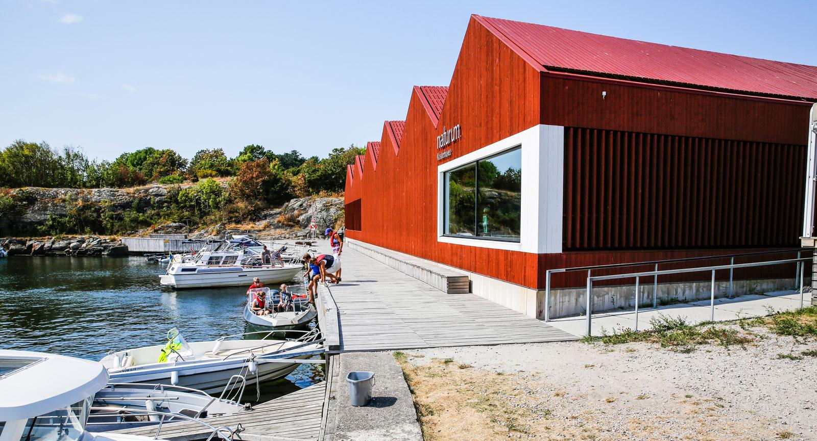 På nybyggda Naturum kan man ta del av Kosterhavets rika flora och fauna.