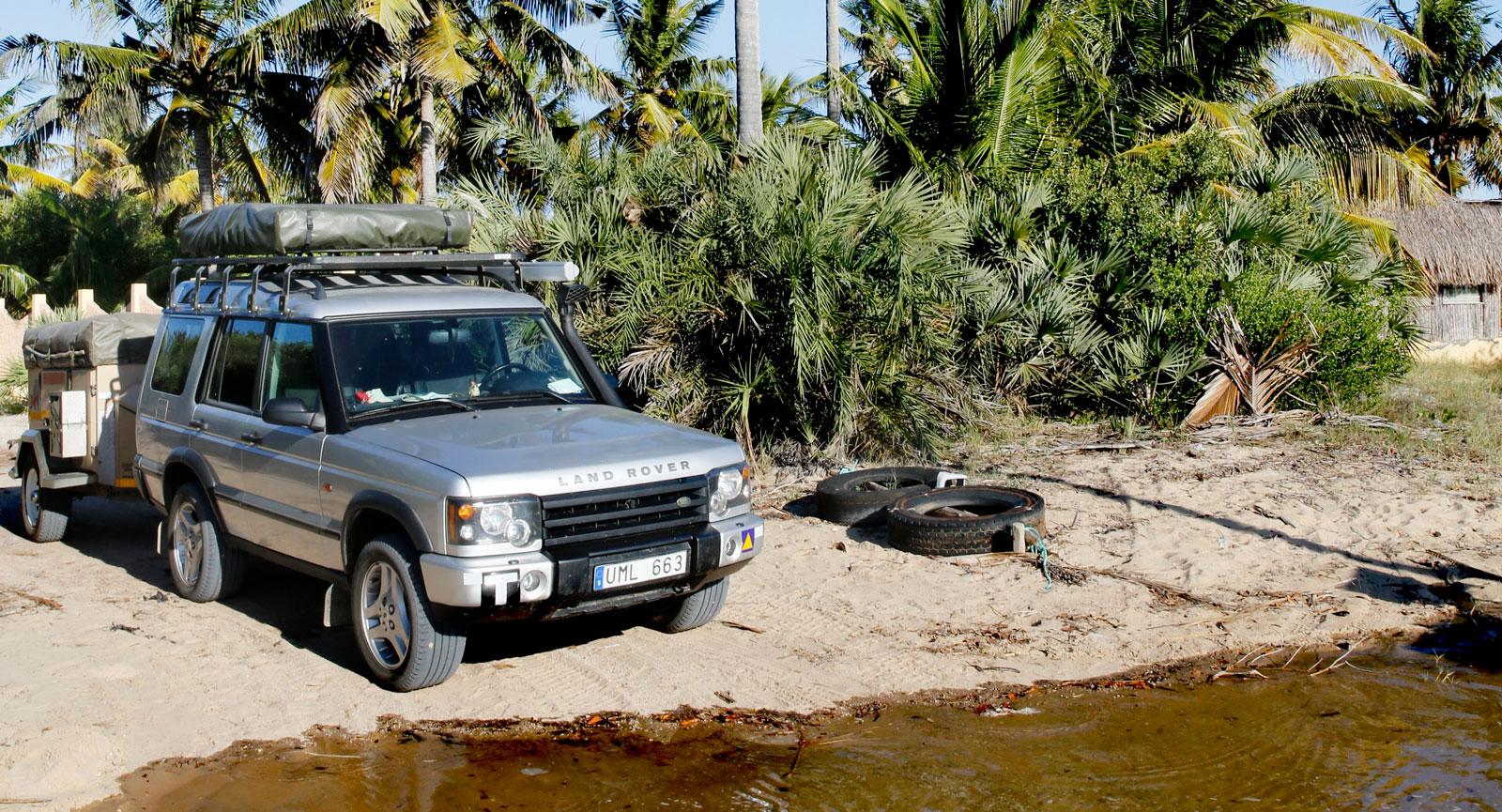 Vi rullar genom lågvatten till campingen Areia Branca Lodge.