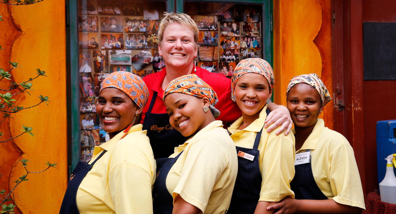 Ägaren Anande med personal på Village Café i Swakopmund.