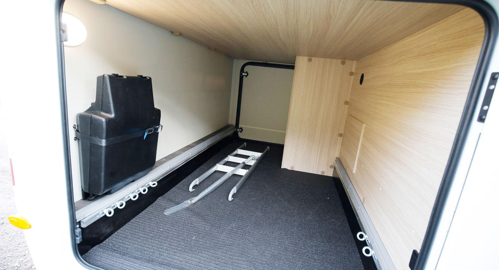 Det stora garaget rymmer mycket utrustning. Tänk bara påtotalvikten om du packar ända upp till taket.