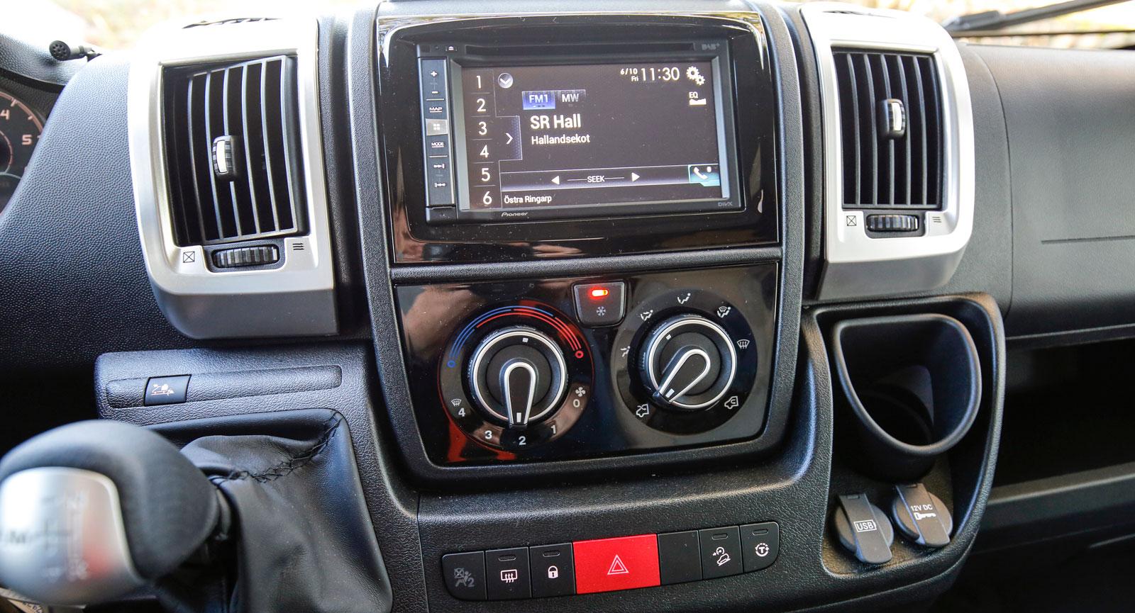 Radio, navigering och värmereglage sitter bekvämt mitt på instrumentpanelen.