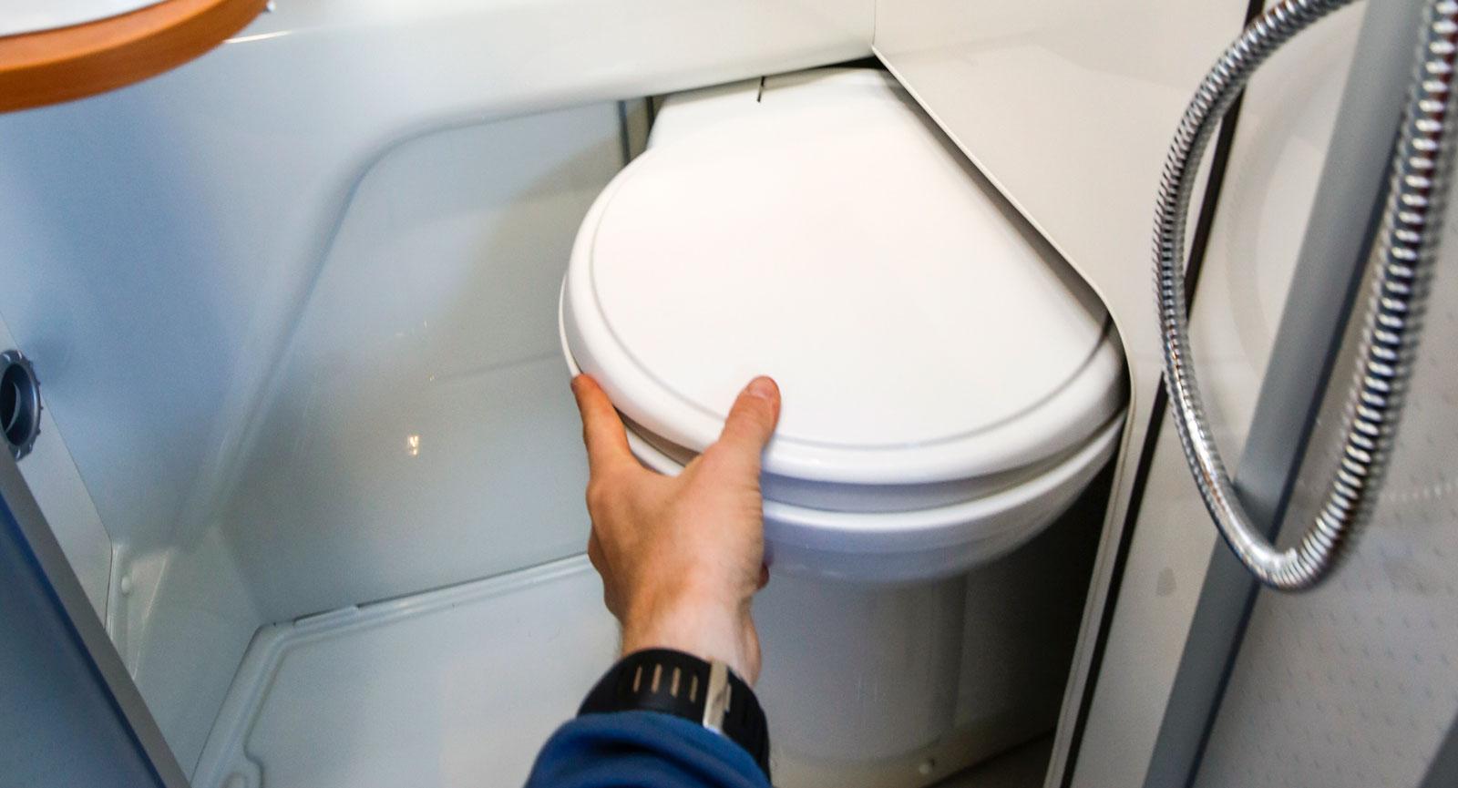 Toaletten skjuts enkelt in i väggen vilket sparar enormt med utrymme.