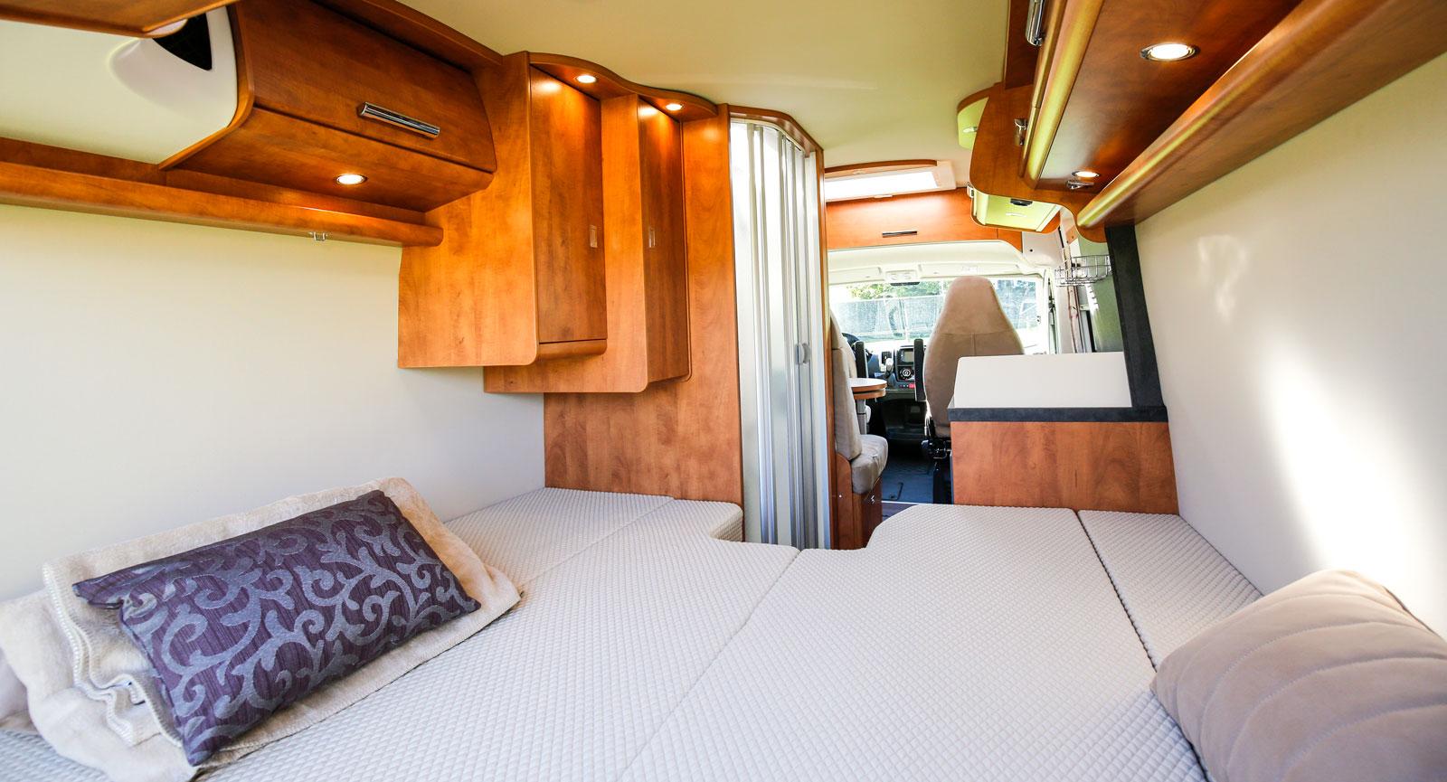 Enkelsängarna är sammanbundna vilket får sängen att uppfattas som en stor dubbelsäng.  Liggkomforten är utmärkt.