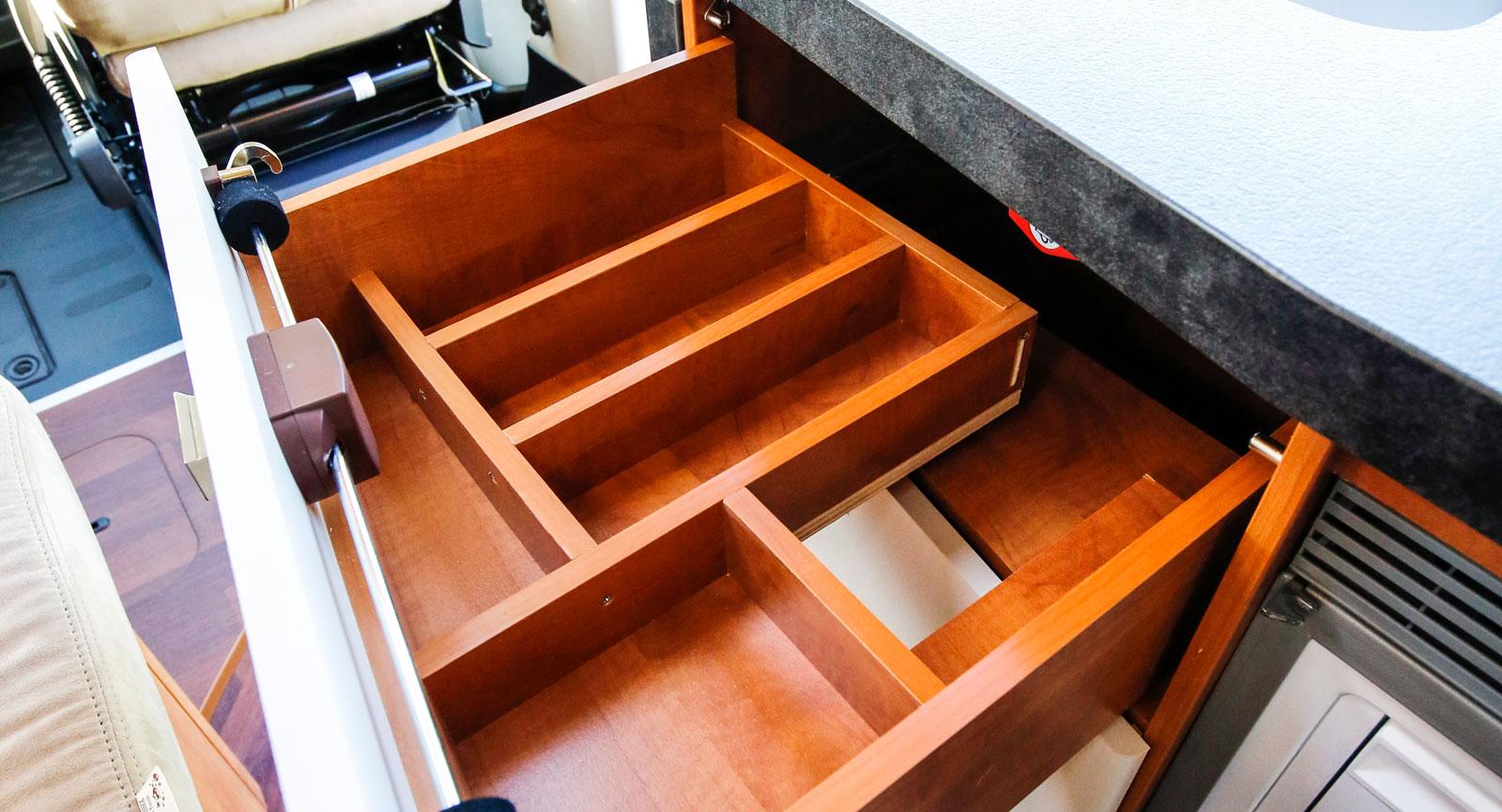 Smidiga kökslådor med tyst (soft close) stängning.