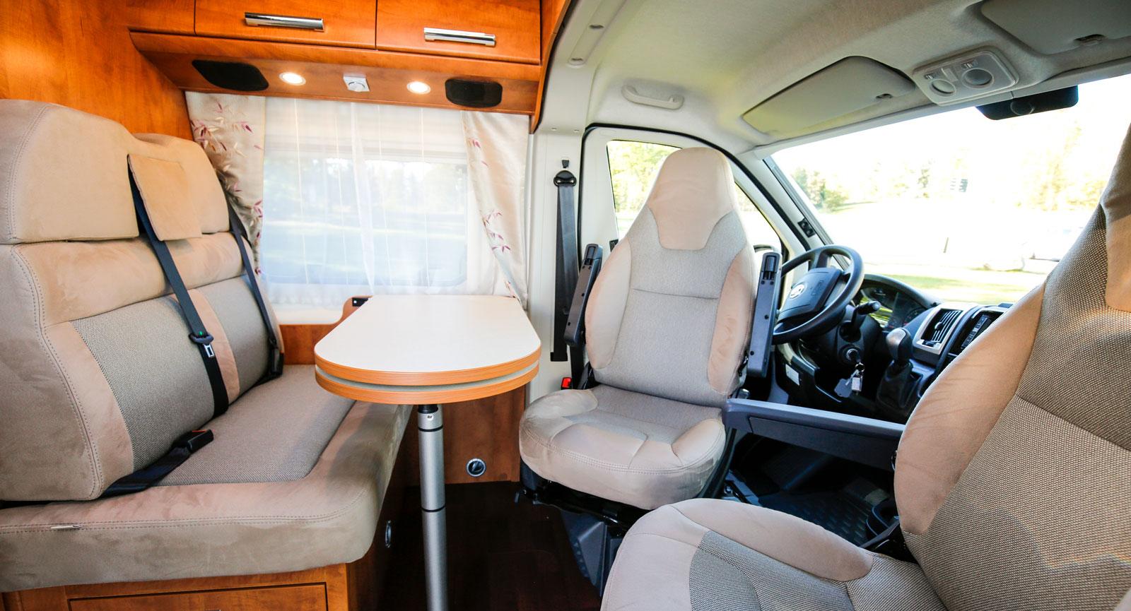 Genom att vända förar- och passagerarstolen finns det plats för tre eller fyra personer i kompaktbilen.