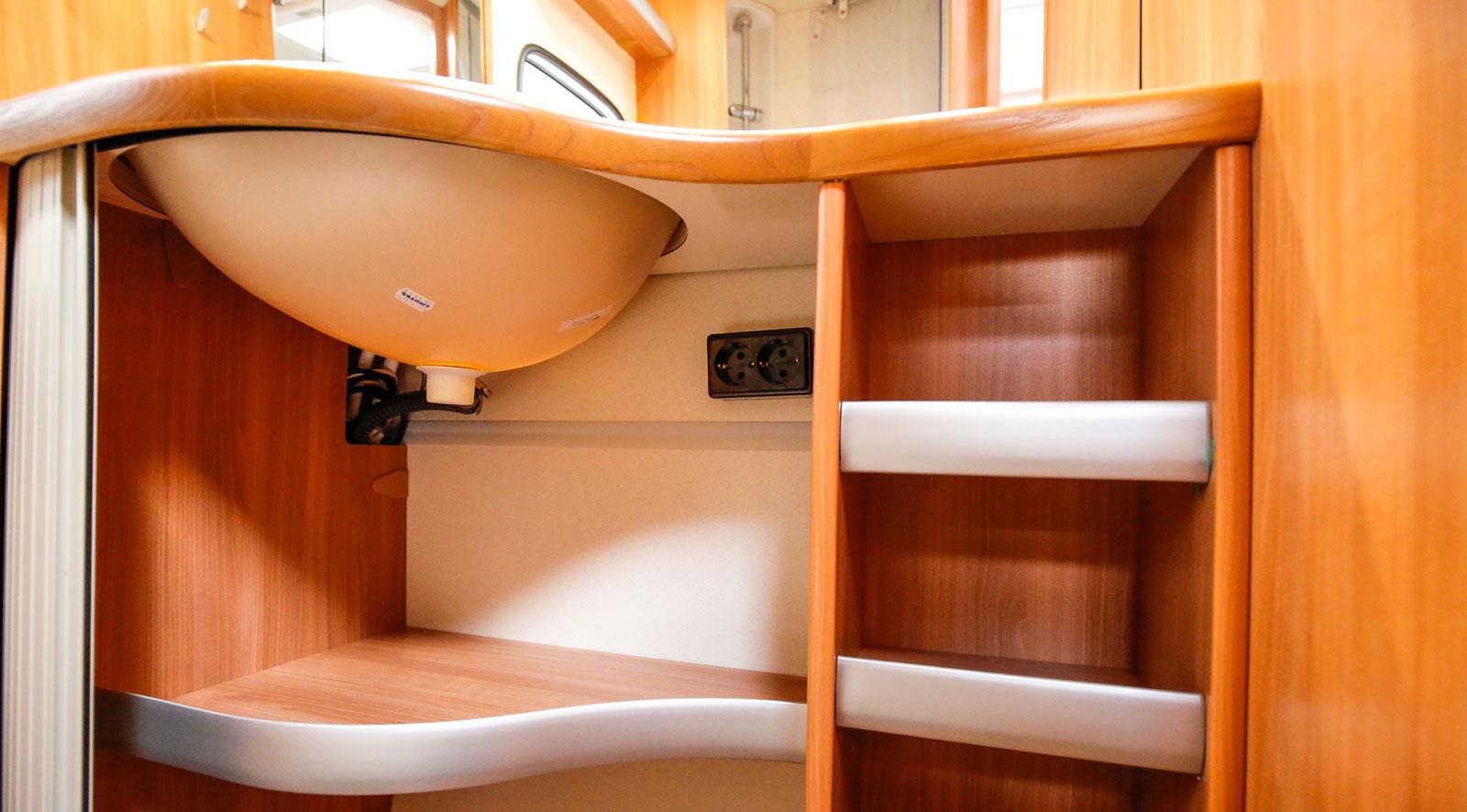 Förvaringsskåpet under handfatet är stort och har flera smarta fack. Dessutom finns det två eluttag (230 volt) i skåpet.