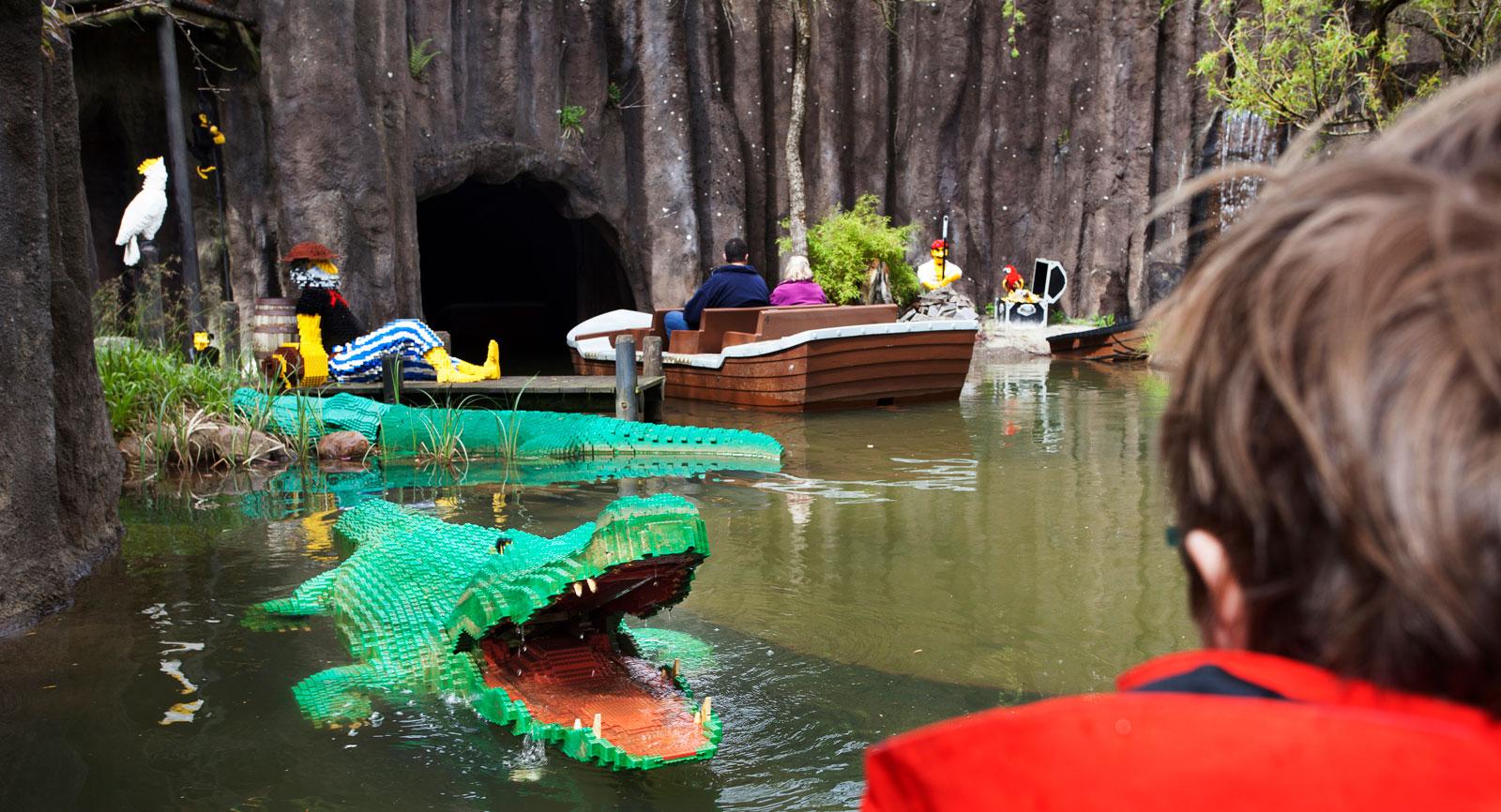 Akta dig för krokodilen! En fascinerande båttur med pirater och monster av lego som väntar i vattnet.