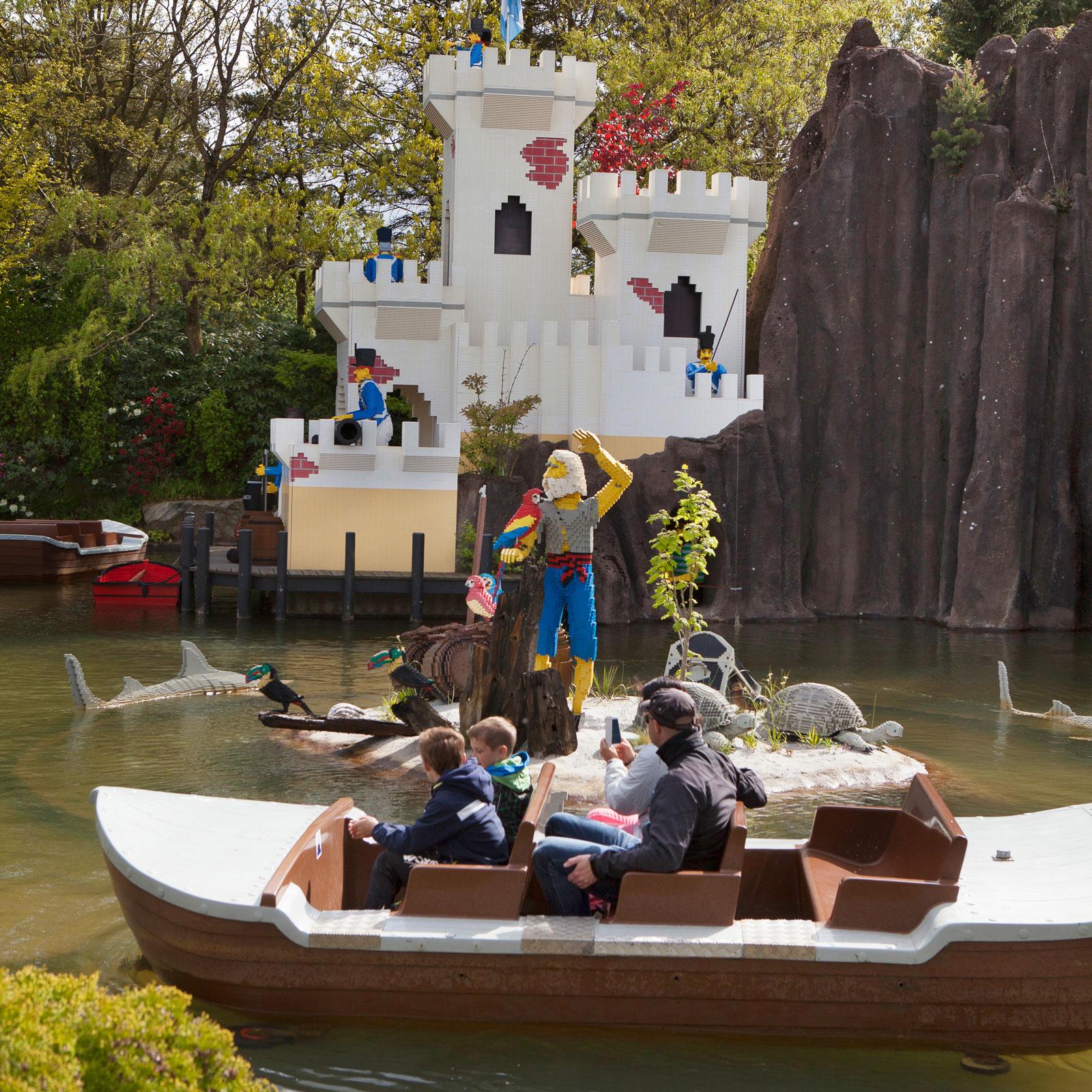 Legoborgen imponerar också under den spännande båtturen.