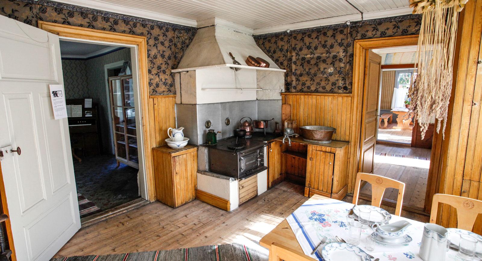 Köket på nedre botten i mangårdsbyggnaden.