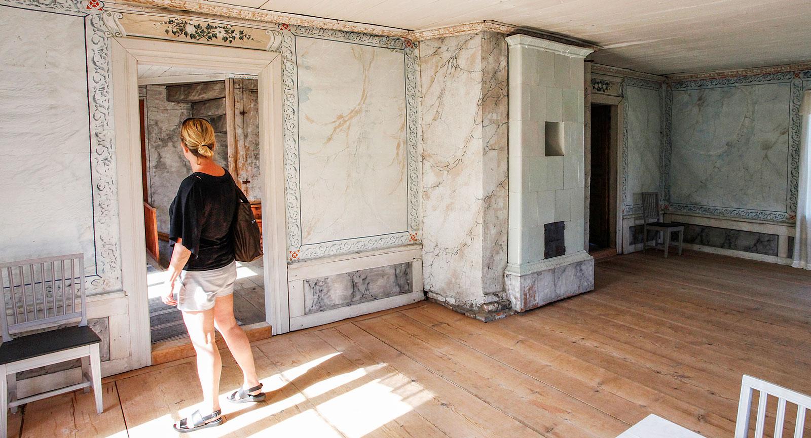 Den vackra festsalen på övervåningen i visningshuset har en naturtrogen marmorering.