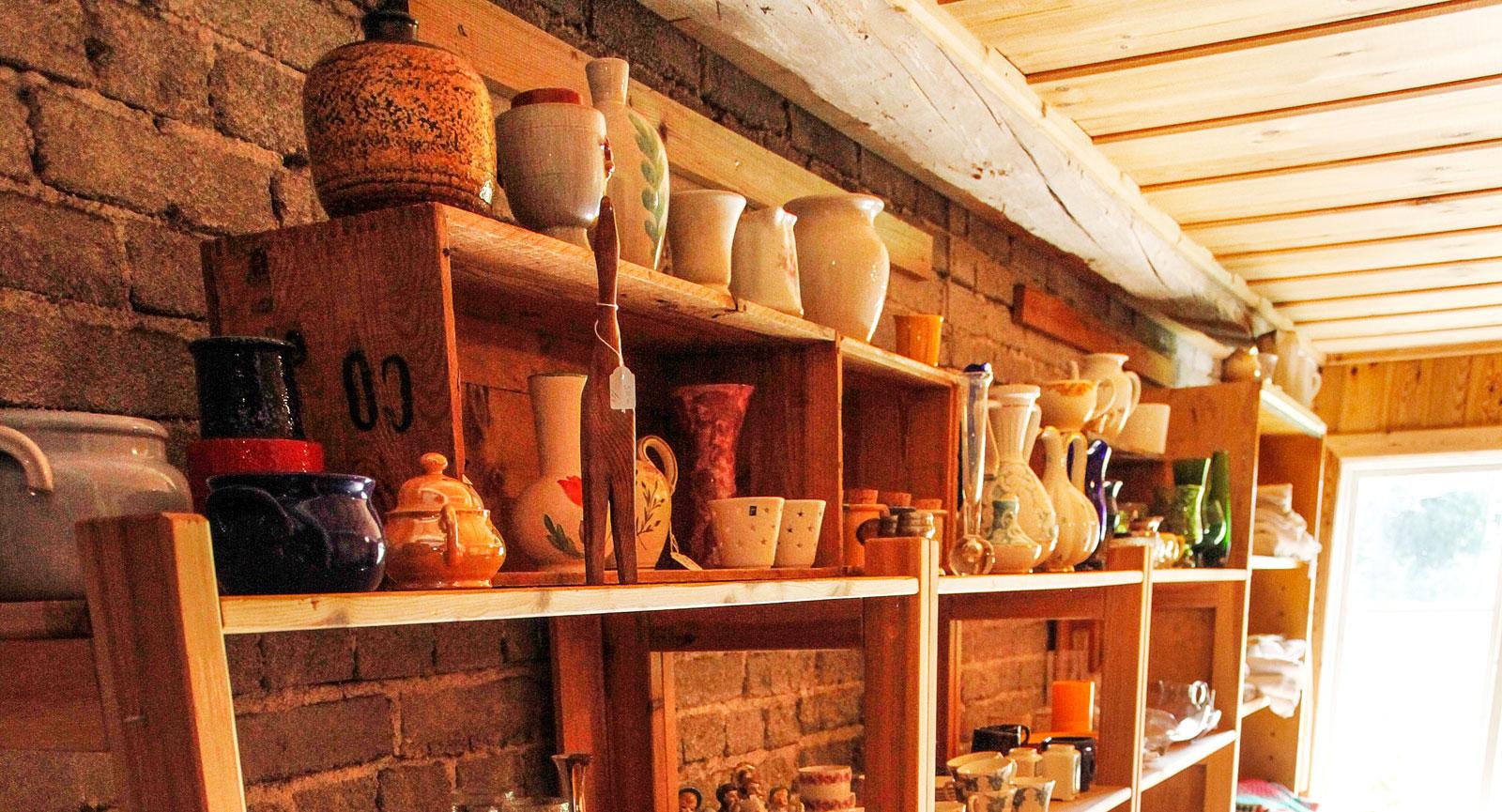 Försäljning av tallrikar och koppar i porslin.