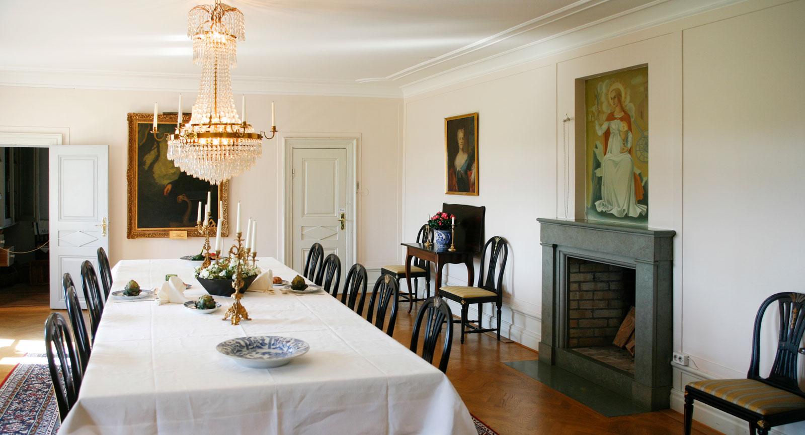 Björkborns Herrgård är inredd med en del av Alfred Nobels personliga möbler och en lång rad tidstypiska dokument och möbler.